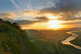 Saulėlydis stebint nuo aukštos kalvos